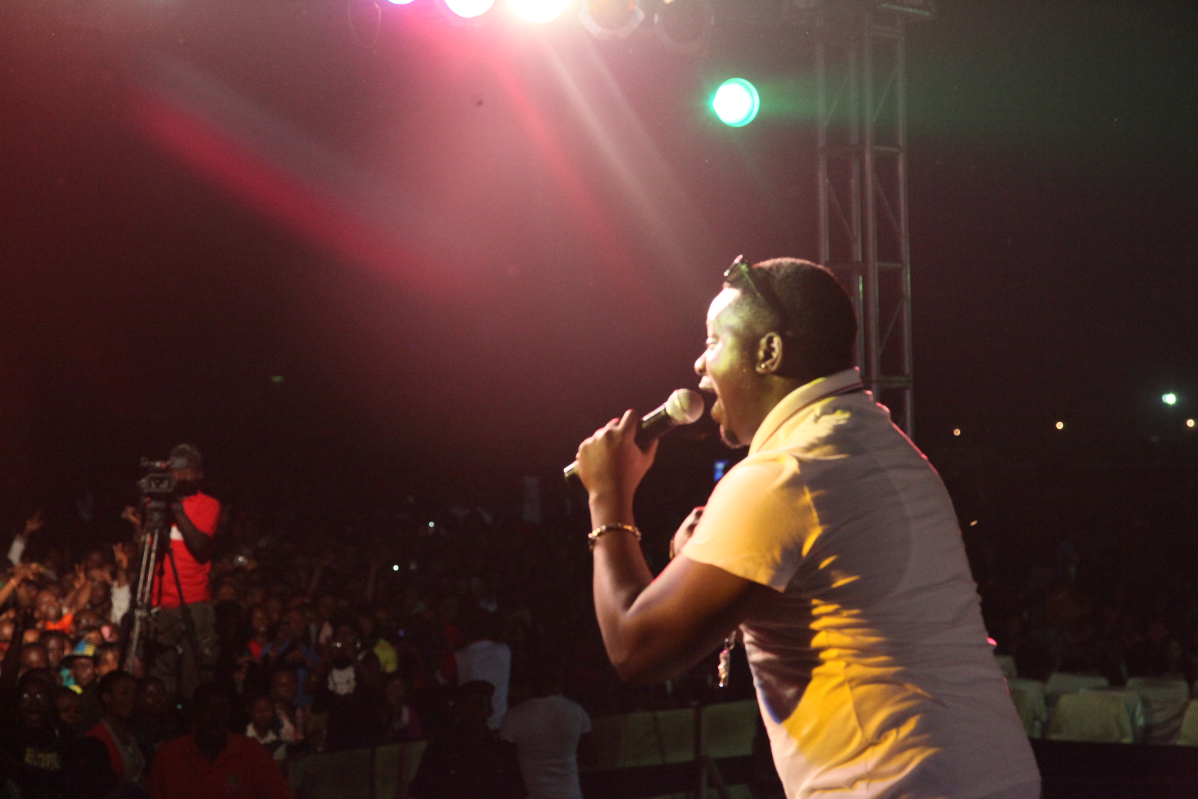 Mavin records artiste, Wande Coal thrilling fans on stage